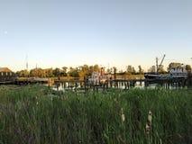 在Steveston附近的弗拉塞尔河在日落 里士满,加拿大 库存照片