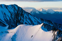 在Stok Kangri山的Magnificient日出在期间登高对峰顶,拉达克,喜马拉雅山 免版税库存照片