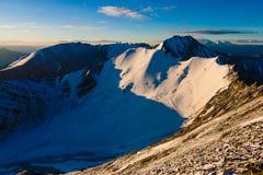 在Stok Kangri山的Magnificient日出在期间登高对峰顶,拉达克,喜马拉雅山 免版税图库摄影