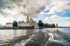 在Stolobny海岛,特维尔上的Nilov修道院地区 从湖塞利格的看法 免版税库存照片