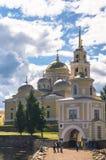 在Stolobny海岛,特维尔上的Nilov修道院地区 在大门前面通过Svetlitskaya门塔 免版税库存图片