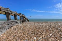 在stoney海滩的木groyne 库存图片