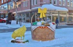 在Storgatan的鸡和复活节彩蛋在LuleÃ¥ 免版税图库摄影