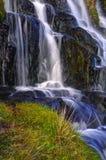 在Storr的老人的附近瀑布 免版税库存图片
