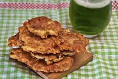 在stPatrick的天主题的设置的爱尔兰土豆薄烤饼 库存图片