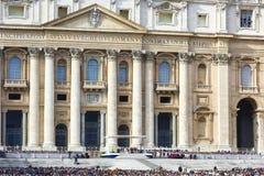 在StPeter,罗马前面的罗马教皇的观众 库存照片