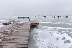 在Strandbad Weiden上午Neusiedlersee的冬天场面 免版税库存图片