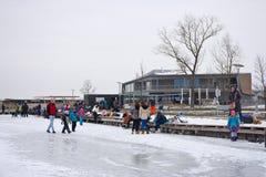 在Strandbad Weiden上午Neusiedlersee的冬天场面 免版税库存照片