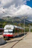 在Strbske普莱索终端火车停放的典型的高Tatras火车 免版税库存照片