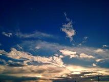 在strom前的多云天空背景 免版税图库摄影