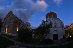 在Studenica修道院里面的两个教会在晚上祷告期间 免版税库存照片