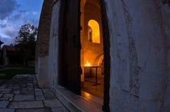 在Studenica修道院里面的教会在晚上祷告期间 库存图片