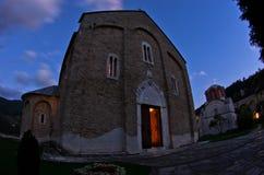 在Studenica修道院里面的教会在晚上祷告期间 免版税库存图片