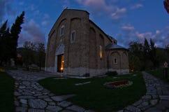 在Studenica修道院里面的教会在晚上祷告期间 免版税库存照片