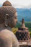 在Stupa前面的坐的石菩萨在 库存图片