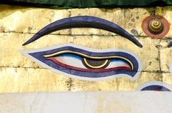 在stupa的一只菩萨智慧眼睛在加德满都,尼泊尔 免版税库存照片