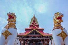 在Stupa的双狮子雕象在菩提伽耶Sangkhla Buri区钾 免版税库存图片