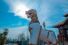 在Stupa的狮子雕象在kanchan菩提伽耶Sangkhla Buri的区 库存图片