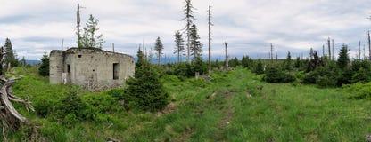在Sušina和Tetřeví hora之间的第二次世界大战军事地堡峰顶在摩拉维亚的北部的Králický Sněžník的 图库摄影