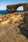 在Su的戈佐岛海岛天蓝色的窗口海曲拱和石灰石形成 图库摄影