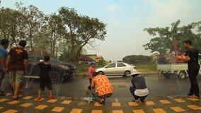 在Suan桐树Lae Khom清莱公园的人滑稽的使用的水在Songkran天 影视素材