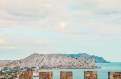 在Sudak海滩的鸟瞰图从热那亚人的堡垒,克里米亚,黑海海岸的 库存照片