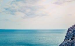 在Sudak海滩的鸟瞰图在克里米亚,黑海在水的海岸乐趣 库存照片