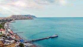 在Sudak海滩的鸟瞰图在克里米亚,黑海海岸 图库摄影