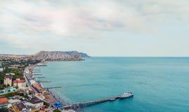 在Sudak海滩的鸟瞰图在克里米亚,黑海海岸 免版税库存照片