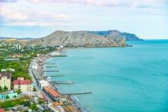在Sudak海滩的鸟瞰图在克里米亚,黑海海岸 库存照片