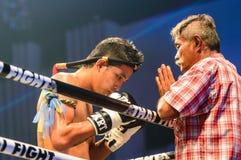 在Sudsakorn Sor的比赛前教练祈祷。泰国的Klinmee泰国战斗极端的2013年。 免版税库存图片