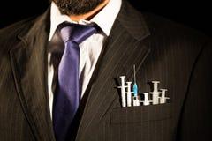 在suit& x27的注射器; s口袋 免版税库存图片