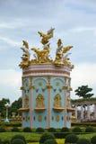 在Sukhawadee芭达亚的金黄和银色海豚 库存照片