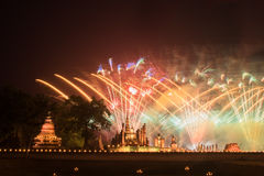 在Sukhothai历史公园, Mahathat寺庙,泰国的烟花 库存图片