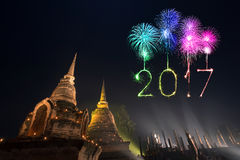 2017年在Sukhothai历史公园, Tha的新年快乐烟花 库存图片