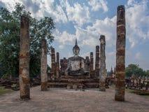 在Sukhothai,泰国的印象深刻的菩萨雕象 免版税库存照片