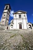 在sumirago老教会封锁了砖塔边路意大利 图库摄影