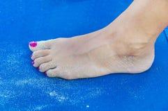 在sunbed关闭的女孩含沙脚 免版税库存图片
