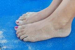 在sunbed关闭的女孩含沙脚 库存图片