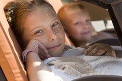 在sunbed的少许下的逗人喜爱的儿童休息 免版税库存图片