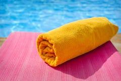 在sunbed的毛巾,海滩 库存照片