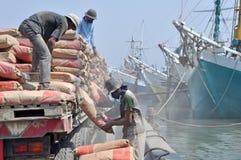 在Sunda Kelapa,雅加达港的辛苦活动  免版税库存图片