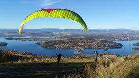 在Sundvolllen,挪威的滑翔伞 免版税库存照片
