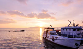在sunglow的小船 免版税图库摄影
