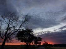 在sunrine期间的Firey天空 库存照片