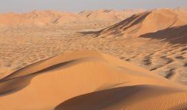 在Sunset#10的沙丘:鲁卜哈利沙漠-高峰 免版税库存照片