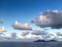 在Supermoon上升前的美丽的云彩 免版税库存照片