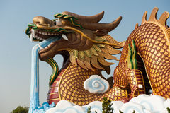 在Suphanburi,泰国的金黄龙 免版税图库摄影