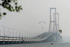 在Suramadu桥梁的Paramotors 免版税库存照片