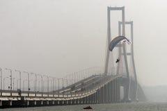 在Suramadu桥梁的Paramotors 库存照片